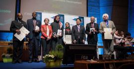 Le Prix d'éducation en vue du développement durable est remis aux lauréats par l'UNESCO et le Japon