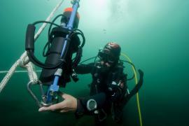 Plongeur installant un courantomètre - © E. Amice / Coeurs de nature / SIPA