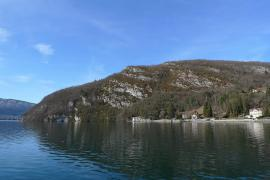 Le Roc de Chère depuis le port de Talloires - © J. Heuret